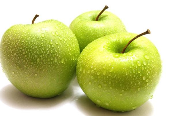 nên rửa táo qua với nước sạch 1 lần để loại bỏ bớt bụi bẩn trên lớp vỏ.