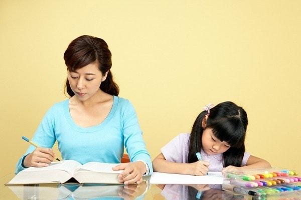 Phụ huynh nên dành thời gian hướng dẫn con học ở nhà
