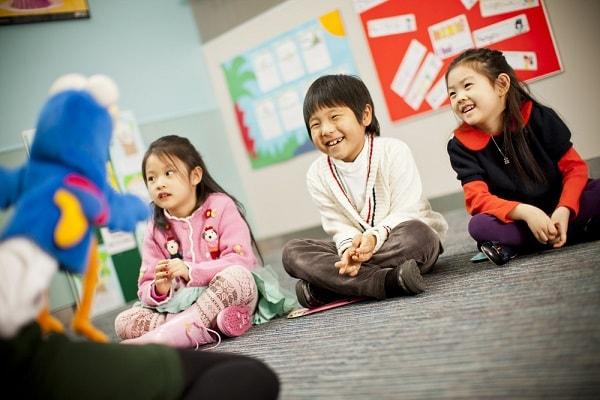 Để trẻ làm quen với ngôn ngữ giao tiếp