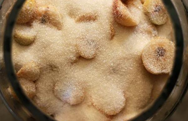 Ngâm táo mèo với đường trong một tuần, trước khi ngâm thành rượu