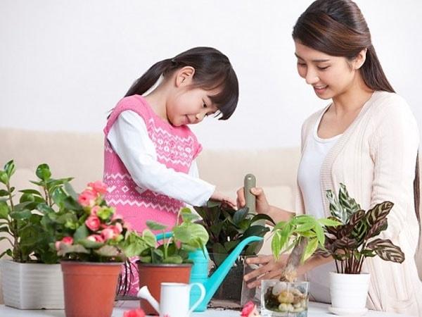 Hãy cho con cùng làm việc nhà với mình khi bạn không có thời gian chơi cùng con