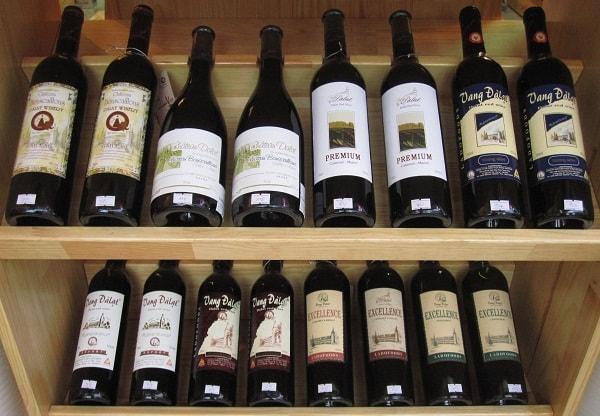 Du khách có thể tham quan những hầm rượu ở Đà Lạt và mua làm quà